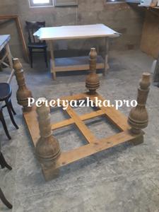процесс реставрации старинного стола